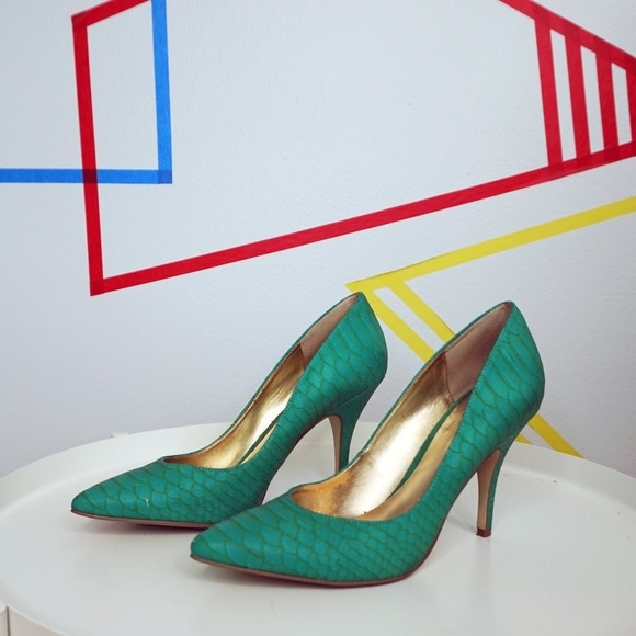 GUESS Turquoise Snake Skin Pump